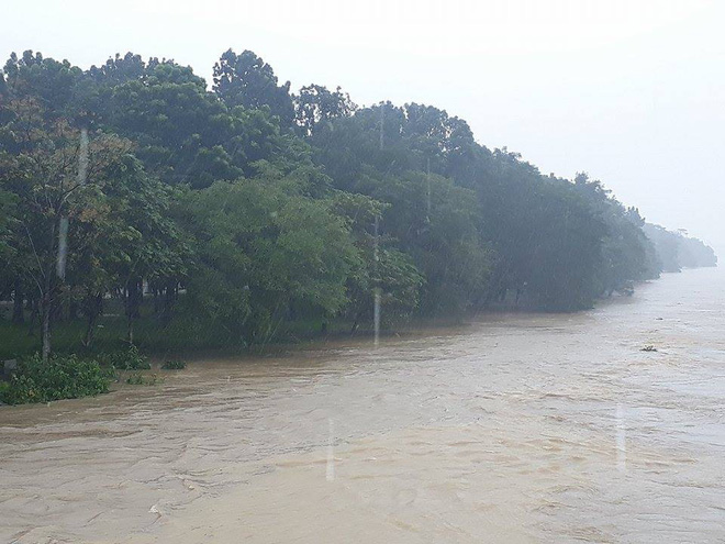 [ẢNH + VIDEO] Sau bão, lũ ngập khắp các tỉnh miền Trung, nhiều khu vực bị chia cắt - Ảnh 2.