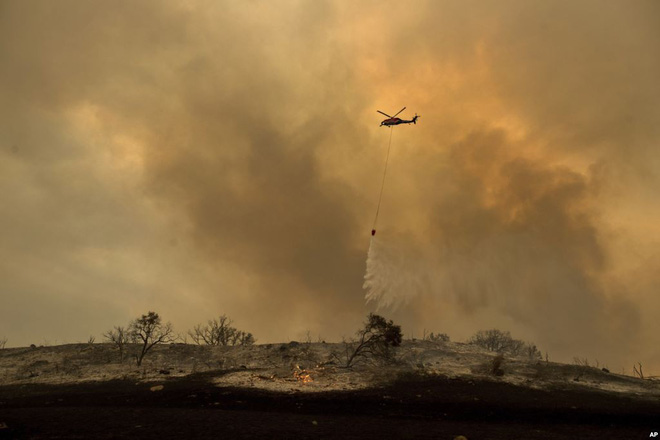 24h qua ảnh: Tháp gỗ cao nhất châu Á cháy rực trong biển lửa - Ảnh 10.