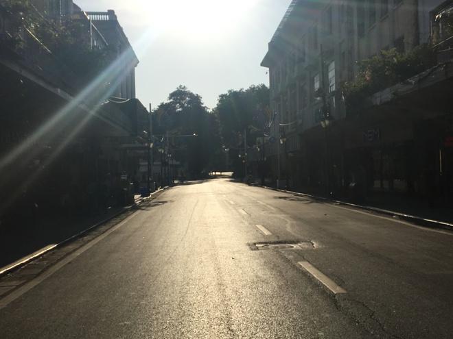 Ảnh: Người Hà Nội mệt nhoài mưu sinh, phố đi bộ vắng như sáng mùng 1 Tết vì nắng nóng - Ảnh 9.