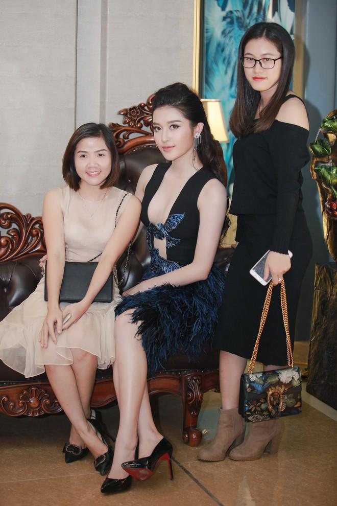 Á hậu Huyền My mặc táo bạo, tái xuất sau lùm xùm tại Hoa hậu Hòa bình Thế giới - Ảnh 2.