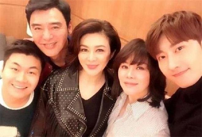 Chán đại gia, Quan Chi Lâm quay sang hẹn hò với trai trẻ - Ảnh 4.