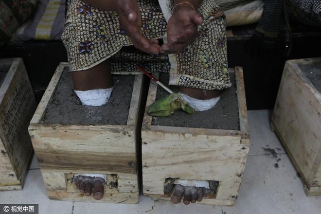 Đằng sau hình ảnh nông dân Indonesia đồng loạt chôn chặt chân trong xi măng - Ảnh 4.