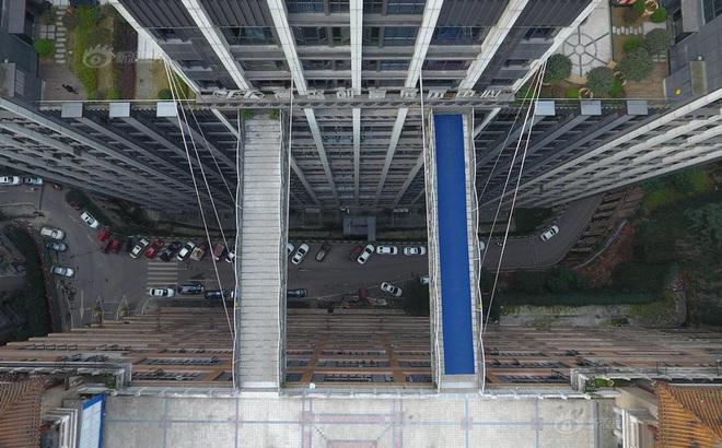 Xây cầu vượt cao gần 70m, nối hai tòa nhà để người dân... đi lại cho tiện