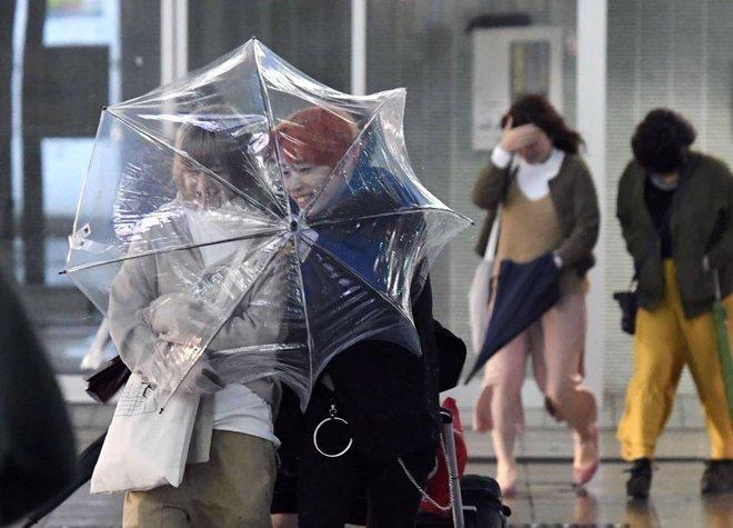 Cảnh tượng khủng khiếp ở Nhật khi siêu bão Lan đổ bộ - Ảnh 5.