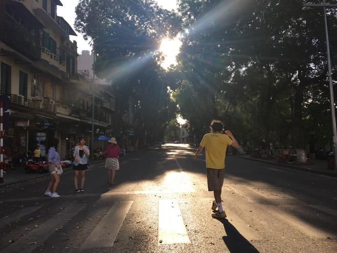 Ảnh: Người Hà Nội mệt nhoài mưu sinh, phố đi bộ vắng như sáng mùng 1 Tết vì nắng nóng - Ảnh 11.