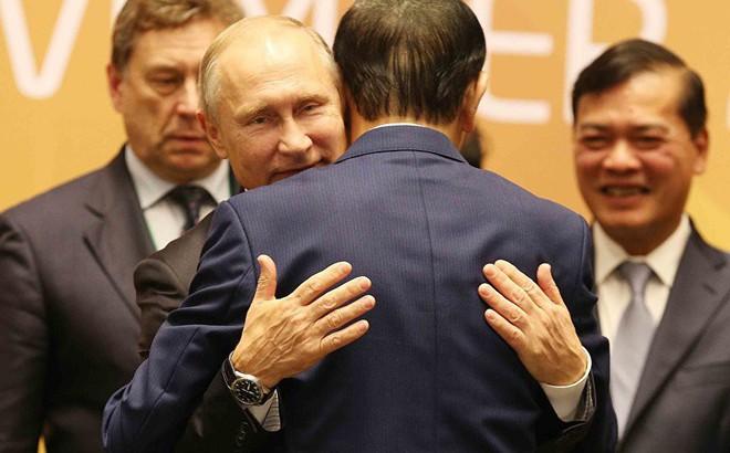 Cảm động: Tổng thống Putin ôm tạm biệt Chủ tịch Trần Đại Quang, rời Đà Nẵng