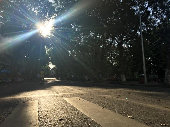 Ảnh: Người Hà Nội mệt nhoài mưu sinh, phố đi bộ vắng như sáng mùng 1 Tết vì nắng nóng - Ảnh 13.