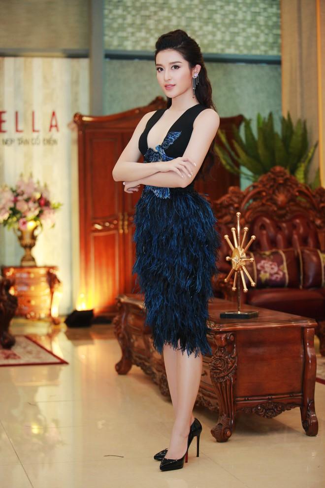 Á hậu Huyền My mặc táo bạo, tái xuất sau lùm xùm tại Hoa hậu Hòa bình Thế giới - Ảnh 1.