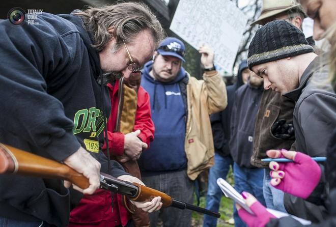 Dân Mỹ được trận cười vỡ bụng vì cảnh sát chi hàng trăm USD mua... ống nhựa chống tăng - Ảnh 2.