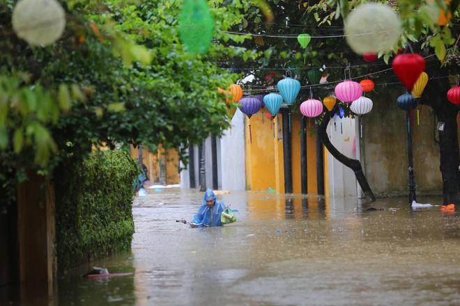 Du khách nước ngoài thích thú lội nước, chụp hình trong lũ ở Hội An - Ảnh 10.