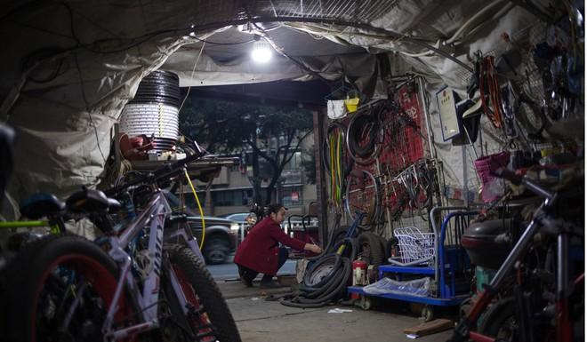 Cận cảnh cuộc sống bên dưới hầm trú bom trong thời bình ở Trung Quốc - Ảnh 4.