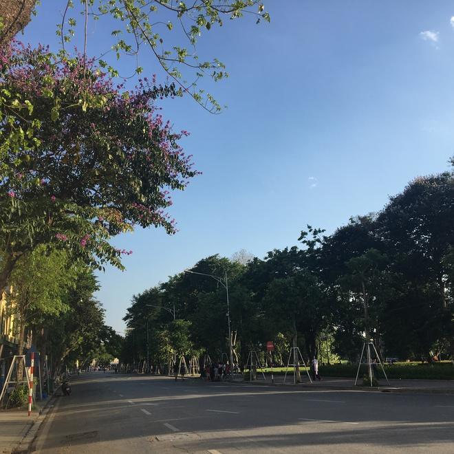 Ảnh: Người Hà Nội mệt nhoài mưu sinh, phố đi bộ vắng như sáng mùng 1 Tết vì nắng nóng - Ảnh 14.