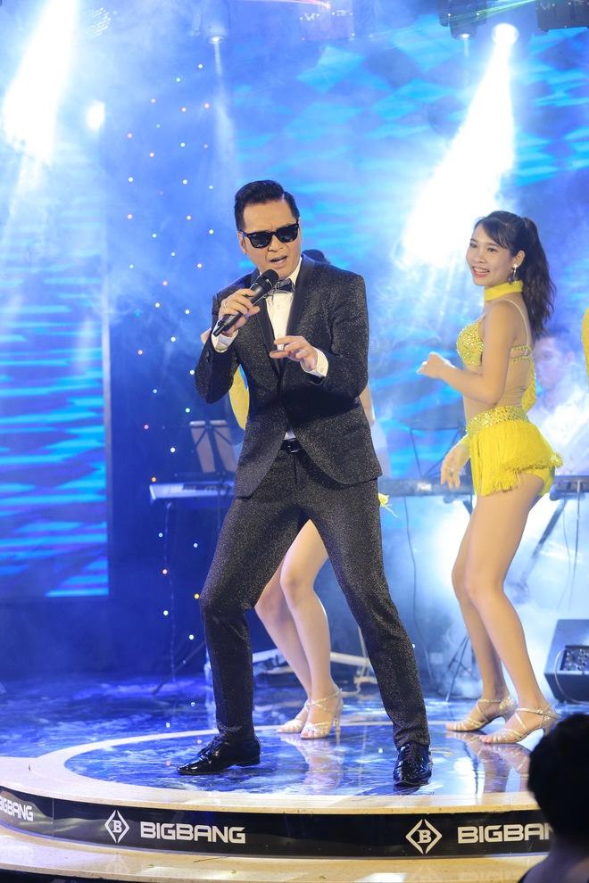 Ca sĩ hải ngoại Nguyễn Hưng từ chối tiết lộ cát-xê, khoe vũ đạo điêu luyện ở tuổi 62 - Ảnh 7.