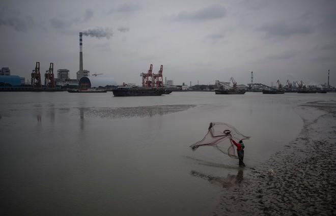 24h qua ảnh: Người Indonesia vượt nước lũ bằng bè tự chế - Ảnh 10.