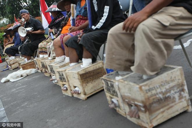 Đằng sau hình ảnh nông dân Indonesia đồng loạt chôn chặt chân trong xi măng - Ảnh 6.