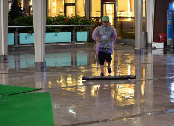 Bão số 12: Sân bay Đà Nẵng mưa to, gió lớn, hành khách co ro vì lạnh - Ảnh 6.