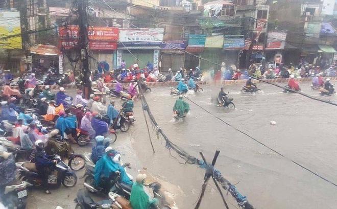 """Dân Thủ đô chật vật vượt qua """"biển nước"""" trong mưa lớn sáng nay"""