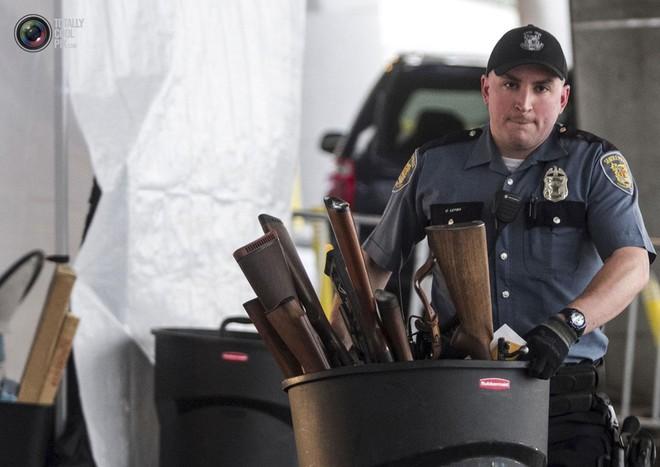 Dân Mỹ được trận cười vỡ bụng vì cảnh sát chi hàng trăm USD mua... ống nhựa chống tăng - Ảnh 3.