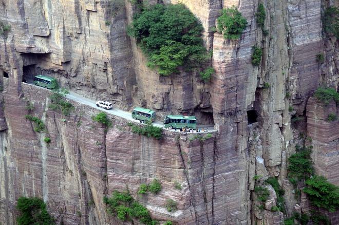Những cung đường nguy hiểm nhất thế giới chỉ nhìn thôi cũng đủ thấy hoang mang - Ảnh 7.