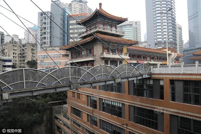 Xây cầu vượt cao gần 70m, nối hai tòa nhà để người dân... đi lại cho tiện - Ảnh 4.