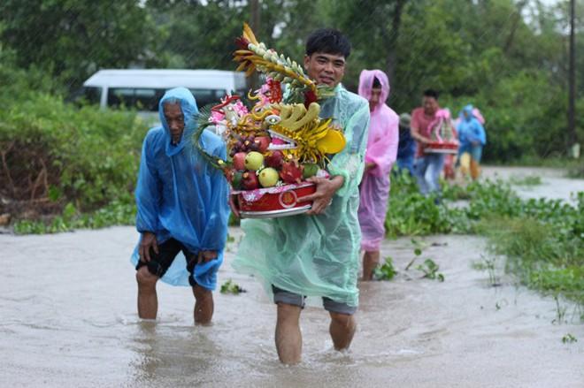 Quảng Trị: Nhà trai xắn quần, cắp dép vượt lũ đi đón dâu ngày mưa bão - Ảnh 4.