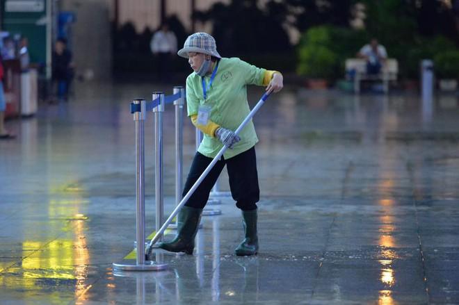 Bão số 12: Sân bay Đà Nẵng mưa to, gió lớn, hành khách co ro vì lạnh - Ảnh 7.