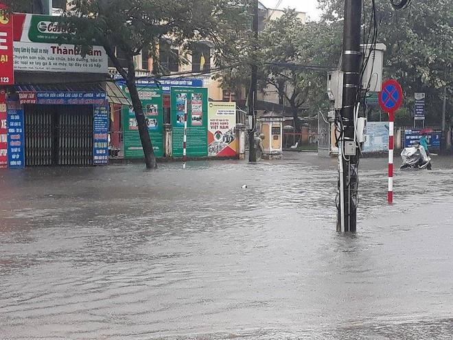[ẢNH + VIDEO] Sau bão, lũ ngập khắp các tỉnh miền Trung, nhiều khu vực bị chia cắt - Ảnh 4.