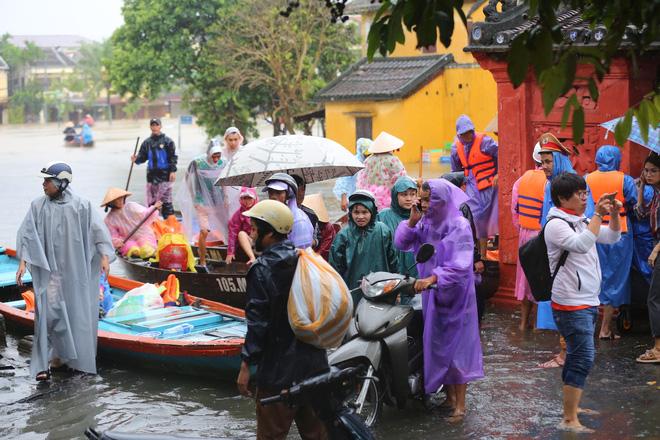 Du khách nước ngoài thích thú lội nước, chụp hình trong lũ ở Hội An - Ảnh 13.