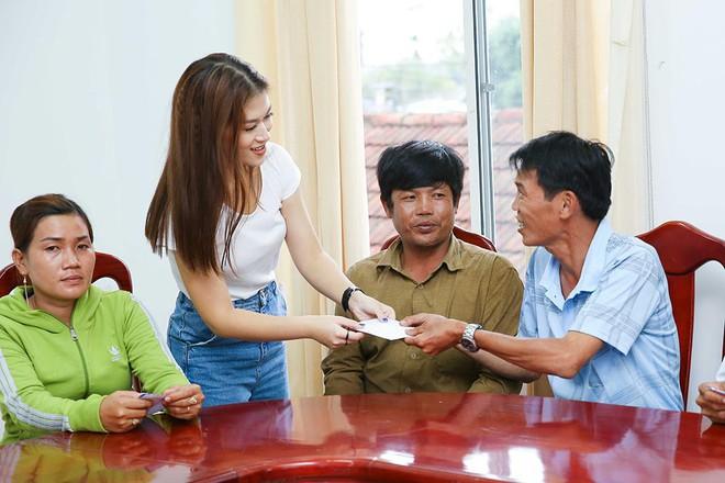 Trang Trần, Ngọc Thanh Tâm bán đồ hiệu, lấy tiền hỗ trợ dân nghèo sau bão Damrey - Ảnh 5.