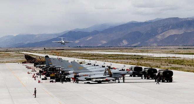[ẢNH] Song kiếm Su-30MKK và J-10 của Trung Quốc huấn luyện tác chiến - Ảnh 8.