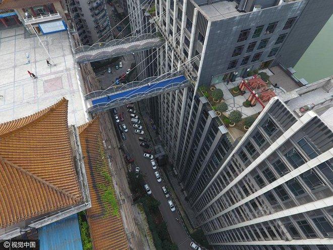 Xây cầu vượt cao gần 70m, nối hai tòa nhà để người dân... đi lại cho tiện - Ảnh 5.