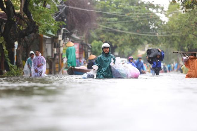 Du khách nước ngoài thích thú lội nước, chụp hình trong lũ ở Hội An - Ảnh 12.