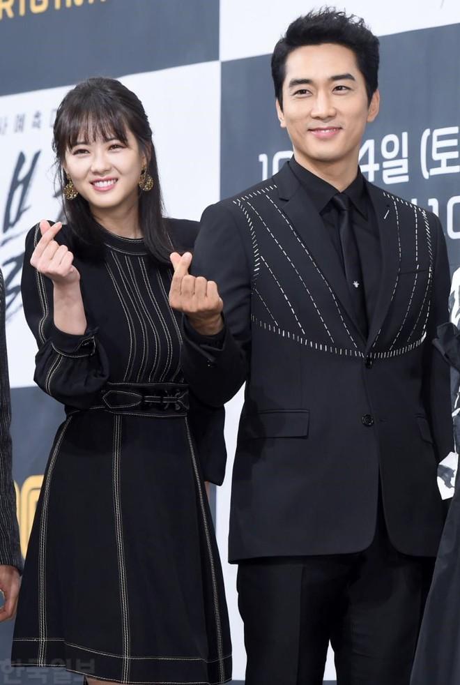 Song Seung Hun chia tay Lưu Diệc Phi để hẹn hò với mỹ nữ kém 14 tuổi? - Ảnh 8.
