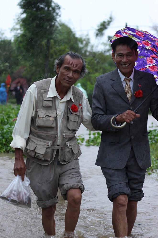 Quảng Trị: Nhà trai xắn quần, cắp dép vượt lũ đi đón dâu ngày mưa bão - Ảnh 16.