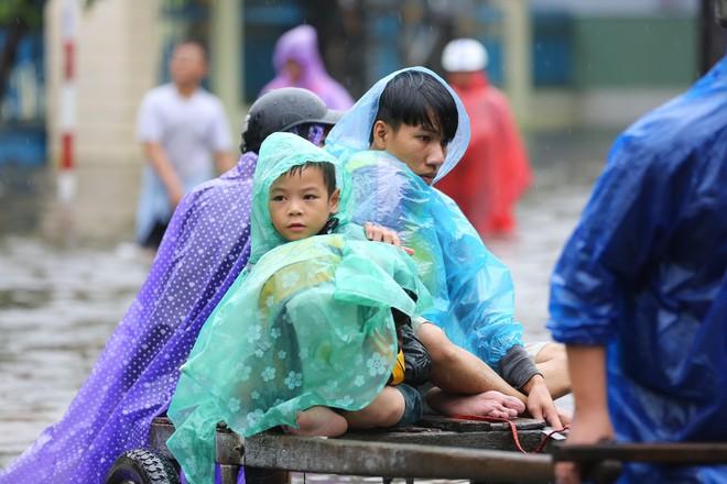 Du khách nước ngoài thích thú lội nước, chụp hình trong lũ ở Hội An - Ảnh 15.