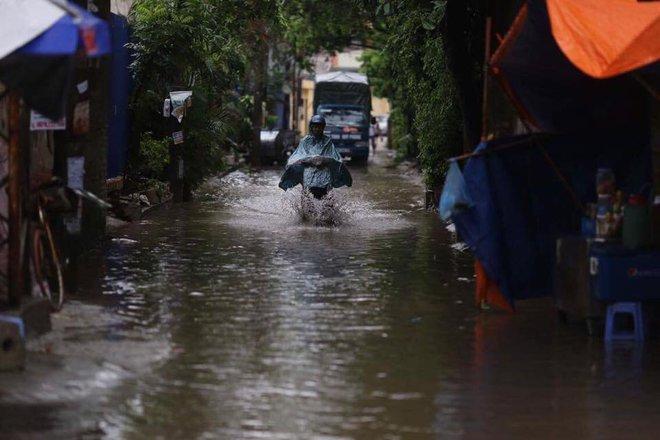 Dân Thủ đô chật vật vượt qua biển nước trong mưa lớn sáng nay - Ảnh 7.