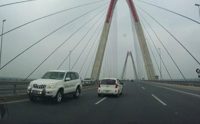 """Bộ trưởng Tiến chỉ đạo """"không bao biện"""" cho lái xe đi ngược chiều trên cầu Nhật Tân"""