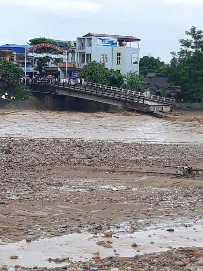 Nước lũ mạnh làm sập cầu ở Yên Bái, 1 phóng viên TTXVN bị cuốn trôi - Ảnh 1.