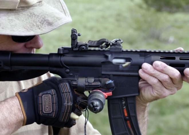 Găng tay giúp xạ thủ Mỹ bắn phát một nhanh không kém gì liên thanh - Ảnh 2.