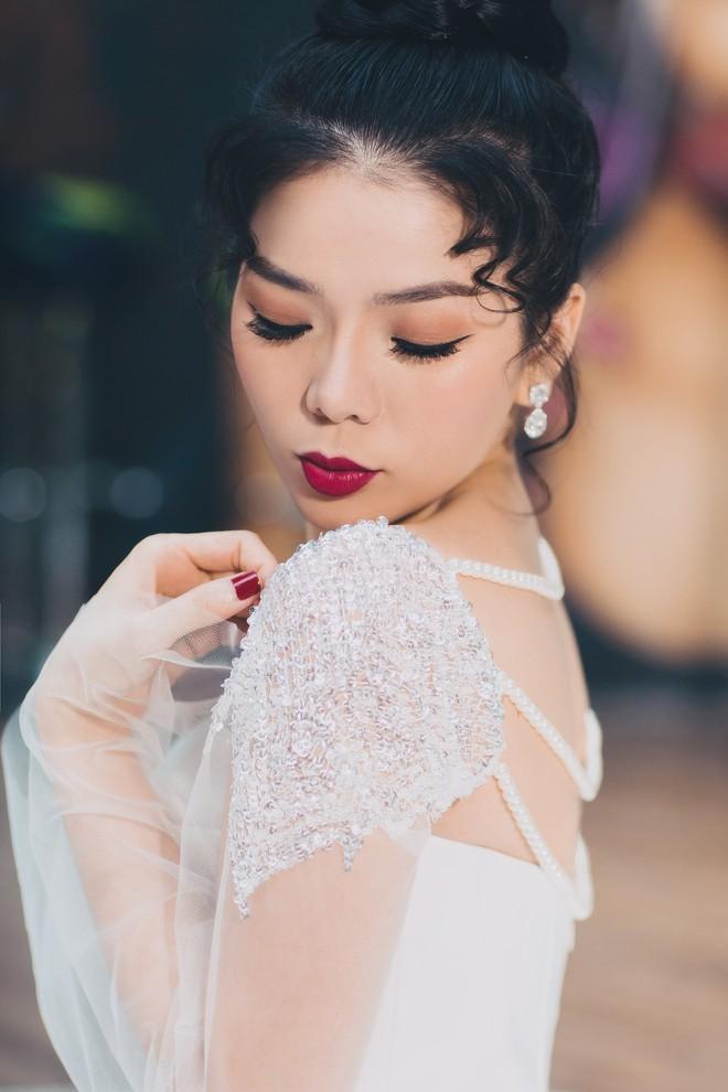 Ca sĩ Lệ Quyên xinh đẹp và sexy trong trang phục váy cưới - Ảnh 2.