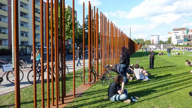 Bức tường Berlin sụp đổ đã 27 năm, vì sao Đức thừa nhận chưa thống nhất một cách hoàn hảo? - Ảnh 1.