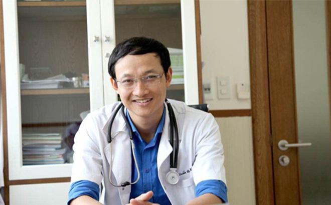 Chuyên gia BV Việt Đức: 3 dấu hiệu trẻ đã bị vẹo cột sống cha mẹ cần biết ngay