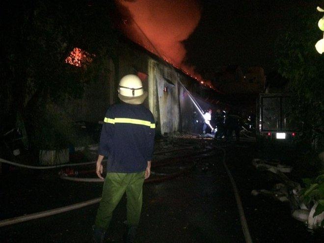 Cháy dữ dội gần Cảng Sài Gòn, khói và lửa bốc cao hàng chục mét kèm tiếng nổ lớn - Ảnh 12.