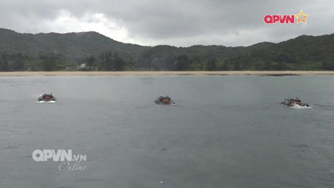 Ấn tượng quân sự Việt Nam tuần qua: Tàu pháo bảo vệ Hải quân đánh bộ diễn tập bắn đạn thật - Ảnh 2.
