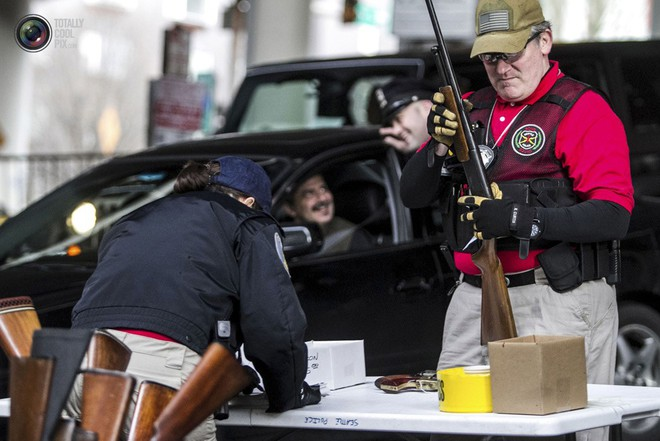Dân Mỹ được trận cười vỡ bụng vì cảnh sát chi hàng trăm USD mua... ống nhựa chống tăng - Ảnh 1.