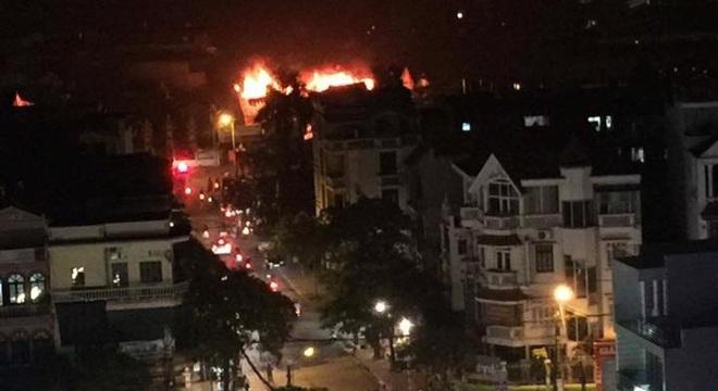 Hà Nội: Gara ô tô bốc lửa dữ dội, nguy cơ cháy lan sang chùa Phúc Khê - Ảnh 1.