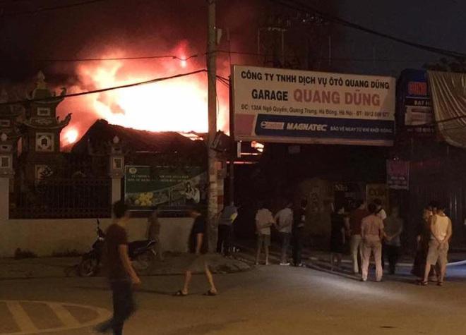 Hà Nội: Gara ô tô bốc lửa dữ dội, nguy cơ cháy lan sang chùa Phúc Khê - Ảnh 2.