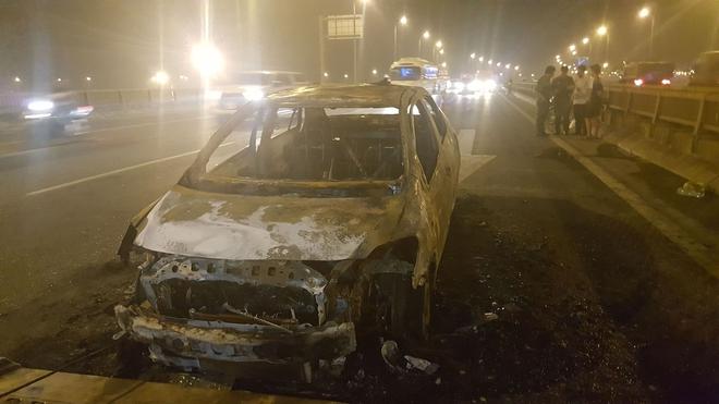 Hà Nội: Ô tô bốc cháy trơ khung sắt trên cầu Thanh Trì - Ảnh 4.