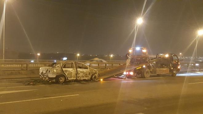 Hà Nội: Ô tô bốc cháy trơ khung sắt trên cầu Thanh Trì - Ảnh 5.