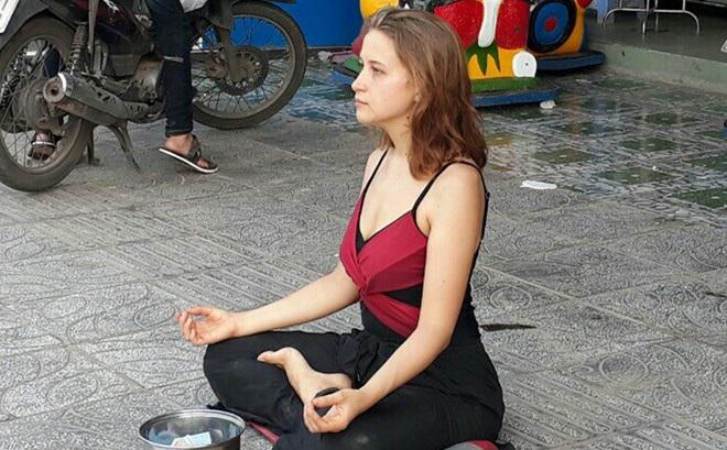 Cô gái xinh đẹp người Nga ngồi thiền ở vỉa hè Phú Quốc để xin tiền